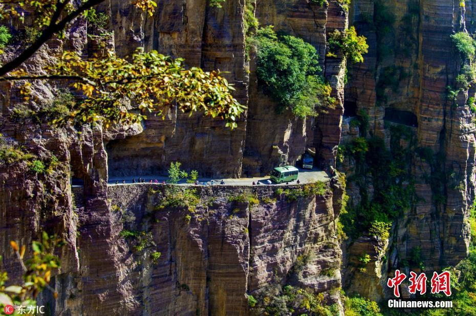抵达郭亮村,必须要穿行太行大峡谷,峡谷绝壁的岩石呈红色,从沙窑乡乡汉寨坝顺天梯登崖顶是件很不容易的事情。过去这条绝壁路,曾是大山中唯一通往中原的古道。天梯是由块块不整齐的岩石垒起或直接在90度角的岩壁上凿出来的石坑组成。
