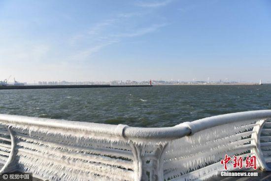 2月20日,辽宁大连,北风劲吹,海面阵风达7到8级,气温骤降至-7~-2,在大连市中山区东港海边护栏挂满冰凌,大连港百年灯塔矗立在堤坝上。王锡增 摄 图片来源:视觉中国 [上一页] [1] [2] [3] [4]