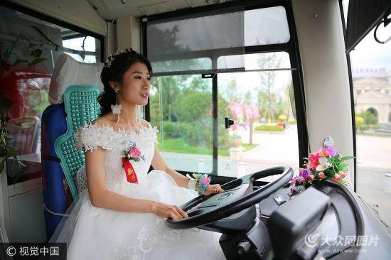 2017年7月9日,在山东青岛黄岛区主干道上六辆新能源公交婚车引得行人纷纷驻足侧目,而头车驾驶员竟是今天要结婚的新娘,而新郎却做了乘客,由新娘开着公交拉着新郎去婚礼现场。张进刚/视觉中国 [1] [2] [3] [4] [5]