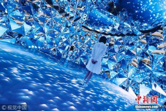 10月19日消息,上海一艺术家安装了一座如钻石般闪耀的多媒体镜面装置,以致于任何地方的女性都会想去体验一番。游人进入一个仿佛如钻石般的世界,享受一场视觉盛宴,而这套设施是由无数个几何镜面所组成的。根据该装置的官网上显示:该装置是受光线穿过切割后的钻石产生奇妙闪光的启发,通过10米的LED地板和复杂的几何镜面墙组来达到这种令人震撼的视觉效果。观众将沉浸在大自然的光辉中,如同从银河和遥远的星星,稀有的宝石,潺潺的流水所折射的光束洒在身上。这些模拟的光束有利于皮肤的补水和保护。由于先进的声音系统,使得环境声