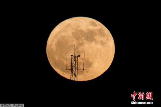 由于月球以椭圆形轨道绕行地球,月球和地球间的距离不断变化,因此