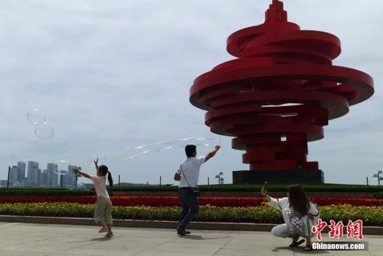 市民游览青岛五四广场