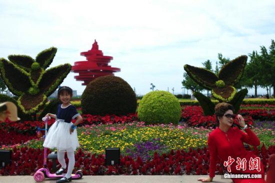 市民游览青岛五四广场(2)