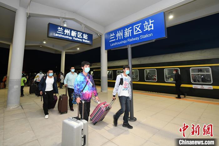 甘肃省首列学生返校复课专列抵达兰州新区
