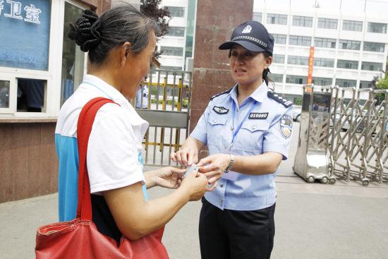 天桥区民警开辟绿色通道为高考考生补办身份证