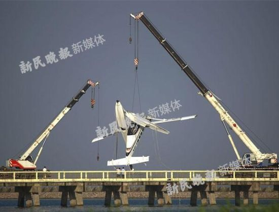 8月16日,上海市政府召开新闻发布会,通报金山水上空难最新调查进展。   市政府发言人徐威表示,目前,飞机残骸已经放置到临时存放地点,并完成相关卫生防疫工作。近期,调查组完成对金山区相关水域的勘测,没有发现影响飞机运行的障碍物,同时对飞机燃油、液压油完成了化验,没有发现异常。按照国际惯例,飞机生产国的相关部门和生产厂家的相关技术人员,已经抵达上海协助调查,与调查组人员进行进一步调查处理,目前已排除飞机故障的可能。   据民航华东管理局介绍,调查组将对当机当事机组的资质、飞行经历、训练培训以及公司运行情