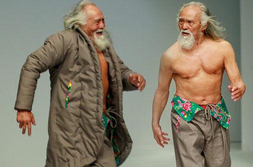 现年80岁的王德顺是个演员,但也时不时也会客串一下模特,凭借着强健的