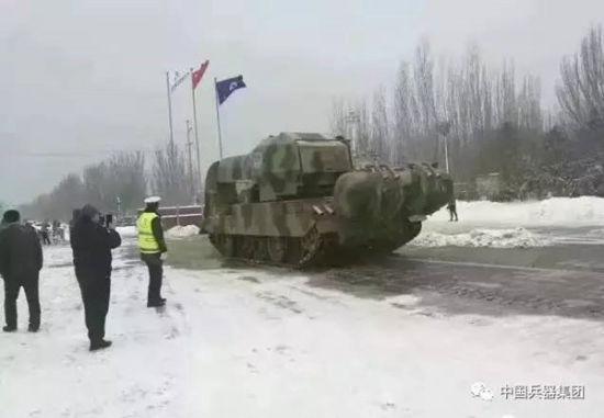 包头现扫雪神器,2月21日,北京飘下了2017年的第一场春雪。远在600多公里外的内蒙古包头市也普降大雪。一组包头用坦克铲雪的图片和视频在朋友圈刷屏,一辆形似坦克的重型车在落满积雪的街头行进。记者从中国兵器工业集团了解,这是中国兵器工业集团一机集团的开路神器涡喷吹雪车,能在大雪中为野外试车吹出一条路。   天寒地冻,大雪纷飞,道路积雪严重,野外试车受到影响怎么办?涡喷吹雪车是一机集团依托军工技术优势,继履带式消防坦克、可移动式防爆岗舱、道路抢通车成功研发销售后,推