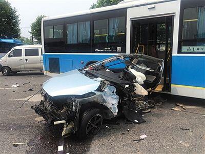 遭到一辆西安牌照的宝马轿车横向撞击,车身解体,车内两人当场死亡.