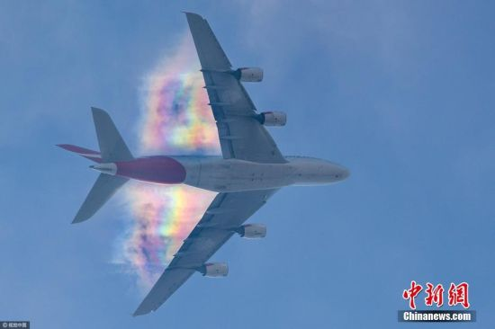 发生这一奇景的原理是由于飞机在飞行时会产生压缩
