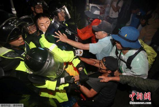 韩国警方出动大量警力,试图冲破民众封锁道路,现场爆发大规模冲突。目前伤亡情况不明。