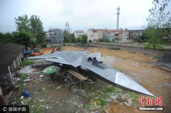 在武汉市新洲汪集街万家湾一座废弃工厂大院内,摆放着一个与真飞机