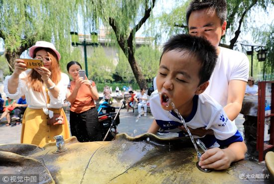 济南迎来高温天气 孩子扎堆泉水直饮点觅凉消暑