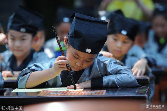 """济宁:孟府举行""""开笔礼""""活动 吸引千余小学生参加"""