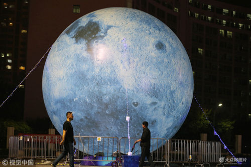 """巨型""""蓝月亮""""亮相潍坊街头"""