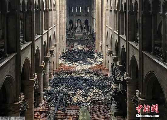 巴黎圣母院火灾后画面曝光 屋顶洞开遍地焦炭