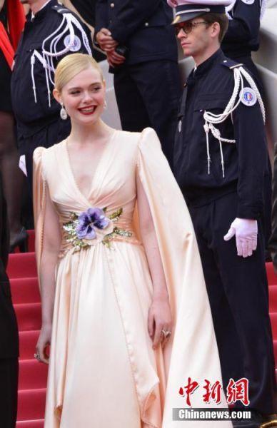 当地时间5月14日晚,第72届戛纳电影节主竞赛单元评委、美国演员埃勒·范宁露脸开幕式红毯。她现年21岁,是戛纳电影节史上年岁最小的主竞赛单元评委。她曾于2006年出演戛纳电影节主竞赛单元影片《通天塔》,2010年主演的影片《在某处》取得威尼斯电影节最佳影片金狮奖。中新社记者 李洋 摄