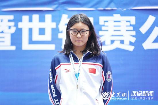 成功卫冕!济南姑娘辛鑫大明湖内夺取全国马拉松游泳冠军