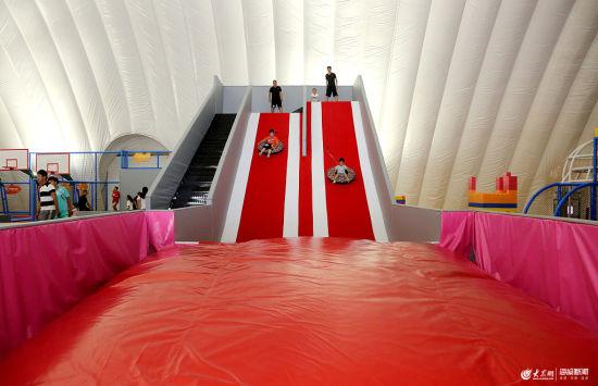 """山东首家气膜室内""""冰雪城堡""""在枣庄开门迎客 市民城堡内避暑"""