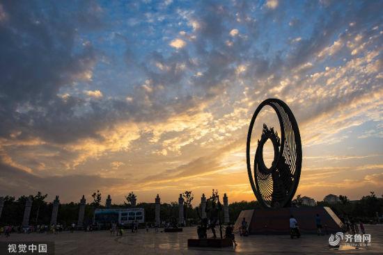 2019年7月30日傍晚,山东省潍坊青州市上空出现绚丽晚霞,为炎炎暑日