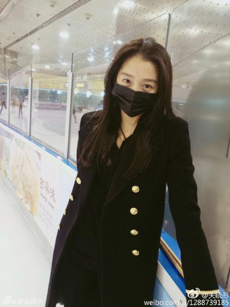 关晓彤素颜溜冰戴口罩