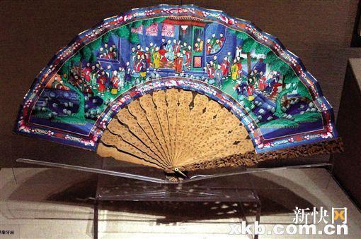 外销扇子通常会在扇面绘画的周围环绕着带有花枝和动物装的边饰.