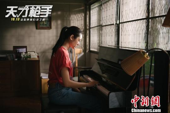 电影《天才枪手》剧照。 胡健 摄   此次在中国内地举办提前观影,不少观众都是慕名而来。观影现场热闹非凡,在山西太原等艺术影院影厅内,更是座无虚席,观众被片中紧张刺激的情节所感染。   《天才枪手》以其快节奏的剪辑和精妙大胆的构思激起了观众的热情,不少观众表示,这绝对是今年又一部话题神作,全程精神紧绷,堪比谍战大片,电影除了燃,其实更多传达的是对社会、对教育的思考   现场许多老师看完都纷纷表达了自己的态度,本来看片名不想让自己的学生看,可这次观影完一定要推荐给他们去看,太有教育意义了,
