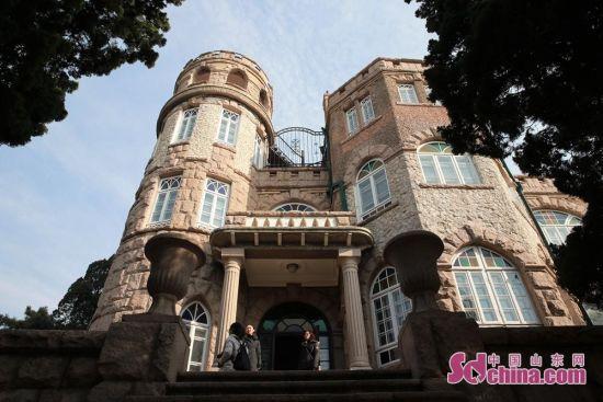 花石楼 花石楼位于青岛八大关南端,是一栋外形漂亮的欧洲古堡式建筑