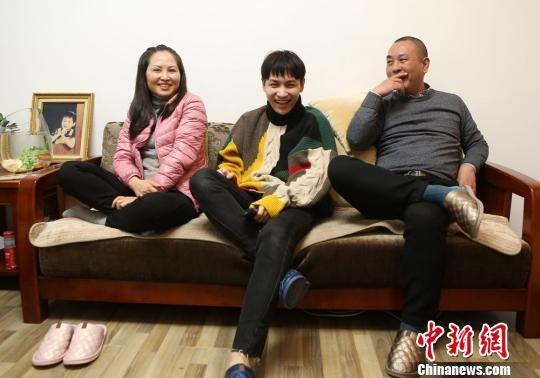 朋友,情侣等组合一起看电视的真实反应,呈现中国普通家庭的相处沟通