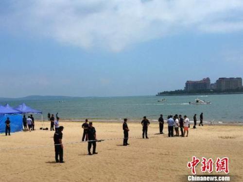 北京8岁双胞胎姐妹裴元瑾,裴元桐在青岛市黄岛区万达公馆南侧沙滩游玩
