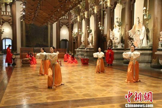 尼山圣境大学堂内,工作人员正在演绎古代雅乐《六小舞》. 孙婷婷 摄
